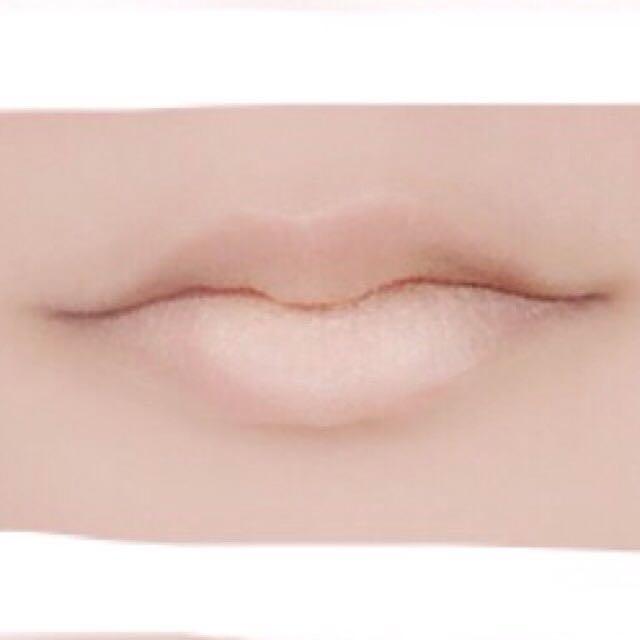 ドール血にじみリップ編(赤以外の色でも応用可能) 1.無色のリップクリームを薄く塗った上にコンシーラーをぽんぽん重ね唇で伸ばしてください。両方薄く重ねるのがコツです