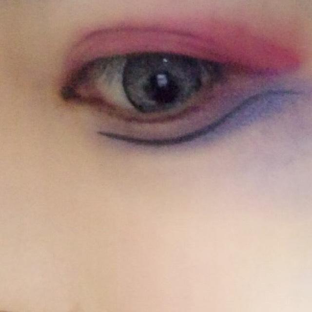 目の下には紫と青のシャドーをしました。  シャーとラインをひきます。 その後二重の部分を黒く塗りつぶします