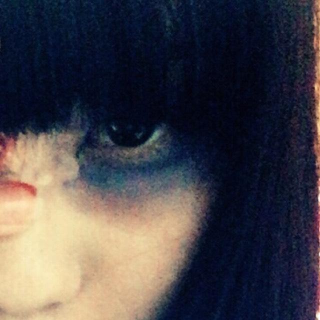 もう片方の目は、病んでる風にしたかったので、ネイビーのアイシャドウで囲み、目頭側に紫で隈を作りました。