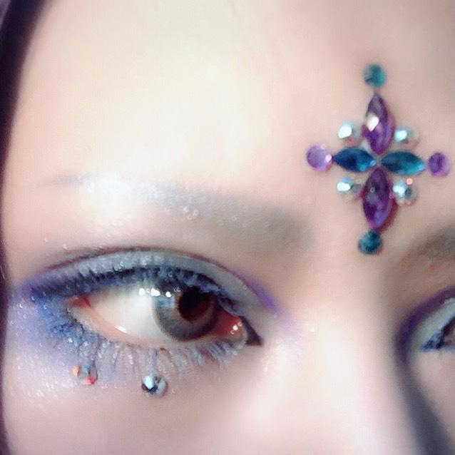 睫毛は過去のメイクプロセスの要領で色をつけます。 先に[マスカラ下地+青シャドー]の行程を2度程繰り返し、最後に白シャドーを乗せました。