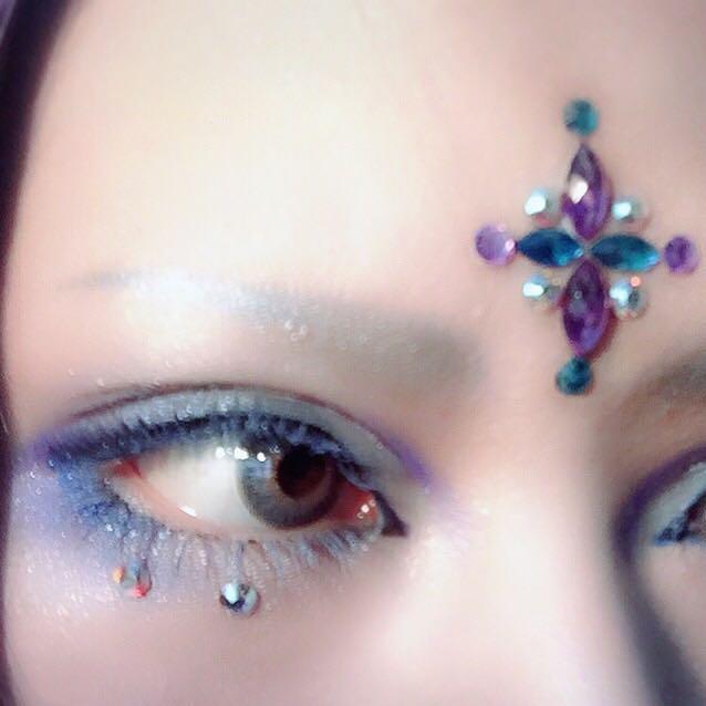 眉はブルーのペンシルライナーで眉尻だけ描き、綿棒で眉頭の方向へボカし、ブラシで眉全体に青シャドーを乗せます。 濃すぎたらゴツい顔になるので上からベビーパウダーを叩くと馴染みます。
