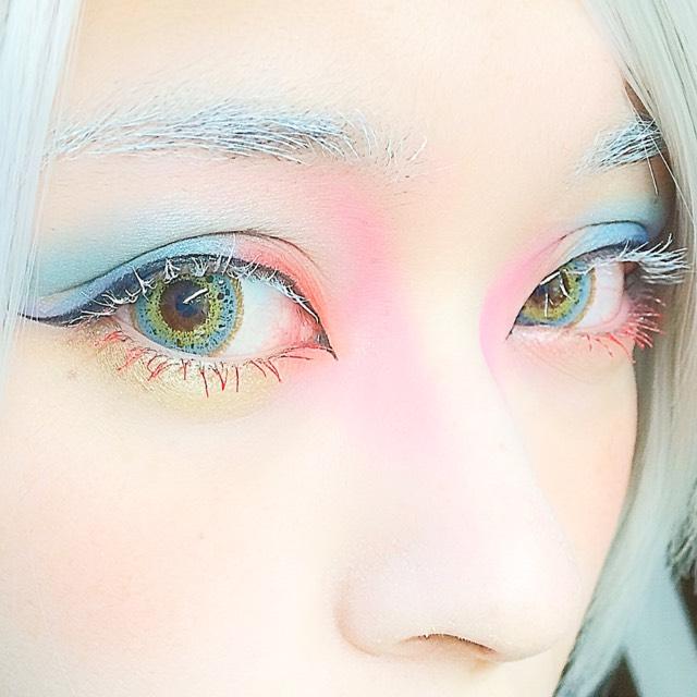 アイラインは黒を、マスカラは上が白、下には赤をのせました! ついでに睫毛につけた白マスカラで眉毛も白くしてます。