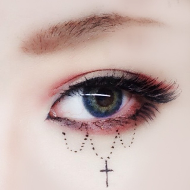 最後に眉毛を書いてノーズシャドウを入れたら目の下に好きな絵を描いてください 鏡を見ながらだと文字が反転してしまうので文字系はやめた方がいいです
