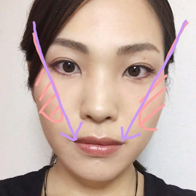 ベージュチークを頬骨から口角に向かってブラシを動かす。ブラシのスタートは段々耳に近づけて、ピンクゾーンがチークゾーンになるように斜め下に向かって動かす。色はうっすらつく程度。