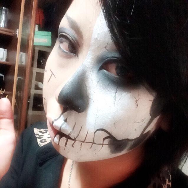 某アーティストの半顔骸骨みたいな