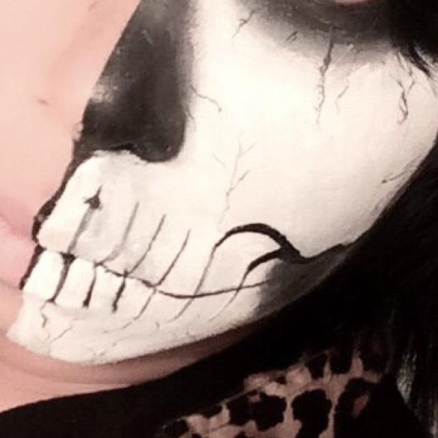 目のアイシャドウからひび割れの様に線を入れる。 コツとしては無理矢理手を震えさせてライナーの先端で書く感じが良いかと。  口は鼻から鼻の下の溝をなぞる様に唇の真ん中にに線を入れる 歯の形に沿って線を入れていく。