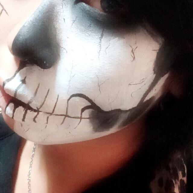 こめかみ,頬骨の下あたりに黒シャドウをぼかす様に塗る こめかみのシャドウを頬に引っつけるように。  後ろの日本ゆ頬骨と繋げる。