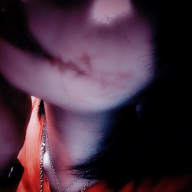 赤の口紅で口の端から こめかみにめがけて 1本の線を引きます  上唇の上、下唇の下から 太めに徐々に細くなるように引きます