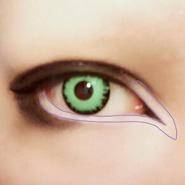 紫の線で囲った部分をホワイトのペンシルでしっかりと塗りつぶす