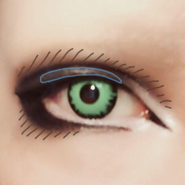 目頭側を若干下に反るように離して下ラインをひく。(切開ラインに繋げない) 茶色い斜線の部分を濃いブラウンのシャドーでボカす。 青い線で囲った範囲にシルバーのシャドーを乗せ、立体感を出す。