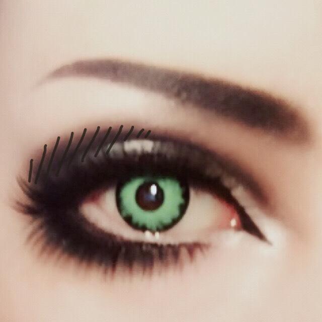 目尻の黒く斜線を引いた箇所に黒シャドーを足してボカし、つり目を強調させる。 黒のペンシルライナーで眉を角度を付けてはっきり描く。 描いたら綿棒で馴染ませる。