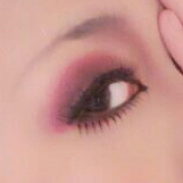 目の形に沿って黒のシャドウ下に引きます。  上のライナーの最後から目尻にかけて細くなるように。  黒目の下までシャドウで 黒目の下から目頭にかけてはライナーにすると良いかと。