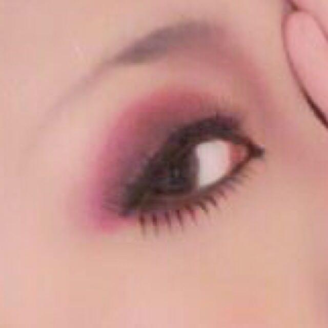 アイホールと黒目の下の涙袋に紫系の赤のシャドウ又は口紅を塗る。  目の際に黒のシャドウを軽く引きます。  アイライナーを気持ち太めに 目尻2.3mm長めに流すように引きます。  切開ラインは少し下向きに鋭く引くと良いかと。