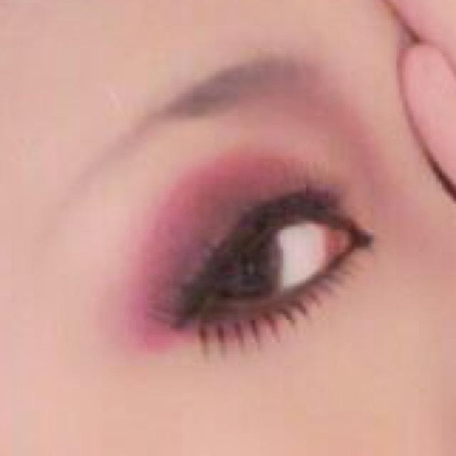 目尻にボリュームのある上のつけまつ毛と 細めのしたまつ毛を アイライナーに沿って付けます。  眉毛は平行細めに 茶色又は赤や紫系で書きます。  ノーズシャドウも赤や紫系を使うと良いかと。