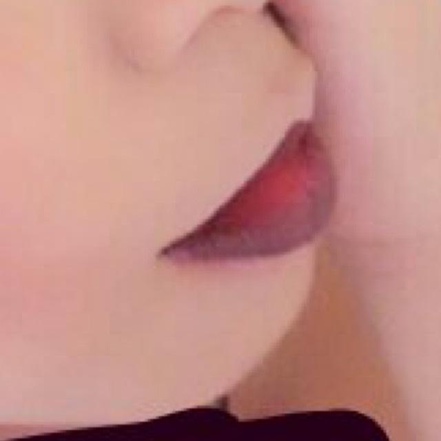 口紅は上唇を薄めに 下唇を厚めに塗ります。  上唇の端をクイッと上げると 広角が上がってるように見えて良いかと。 コンシーラーなどを使うとやりやすいです。  色は暗めの赤がよいかと。 紫や、黒でもいいも思います。  赤、又は紫を塗り 淵を黒で囲んでも良いかと。