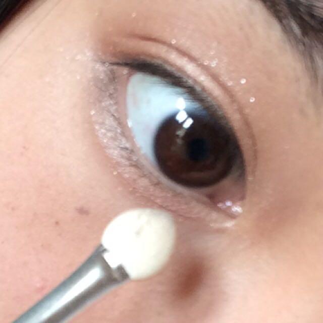 つぎに4番を3番をのせてない目の下の部分にスライドさせるようにのせます。目の下がキラキラするだけで印象が変わるし涙袋があるように見えるのでオススメです♪♪♪