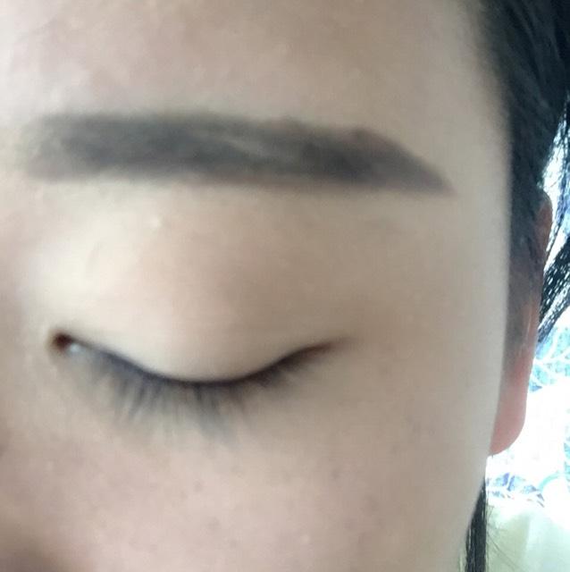 次に眉毛を書きます ペンシルで目尻の形をかきます