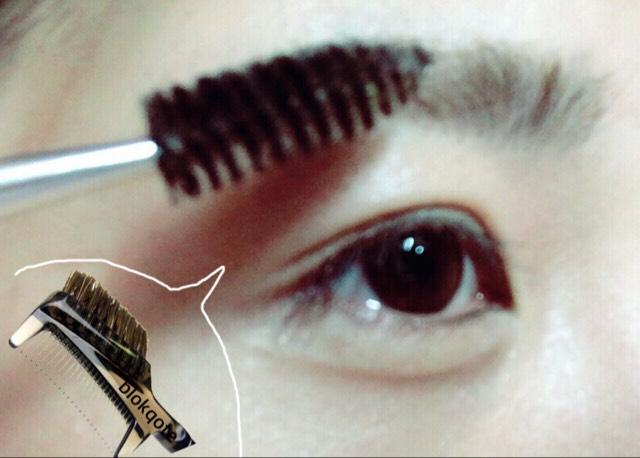 スクリューブラシで眉を整えた後 アイブロウパウダーで眉尻から眉の中間まで形を描きます。  スクリューブラシがなければまつ毛コームのブラシが代用になるかと思います。