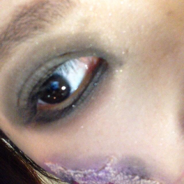 目を黒のシャドウで囲います