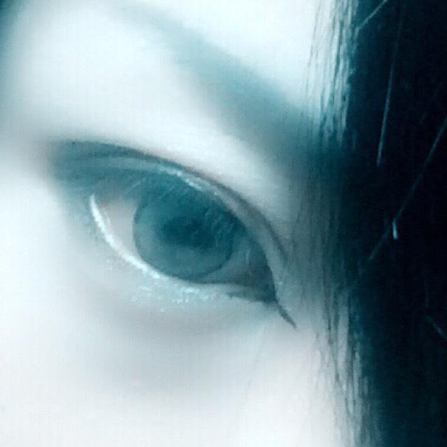 黒目の上からふたえ幅にかけて徐々に広くなるように黒シャドウをのせます。  下の目尻のライナーもぼかします  目頭に、涙袋に白又は白っぽいベージュのシャドウをのせます。  黒目の上にシルバー系のシャドウを軽くのせます。
