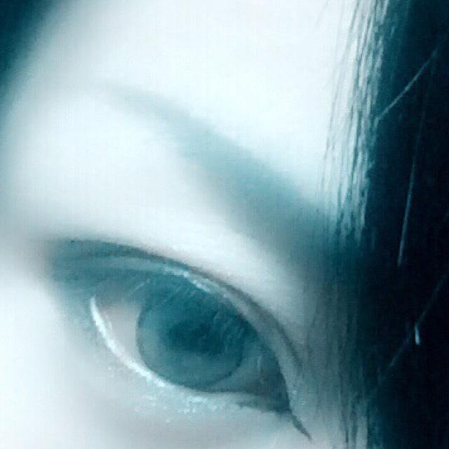 眉毛は釣り眉で ノーズシャドウは眉毛の下などを特に濃くのせます。  ベースはマットなのを  唇は可愛い系より 薄めか赤や紫系のがよいかと。