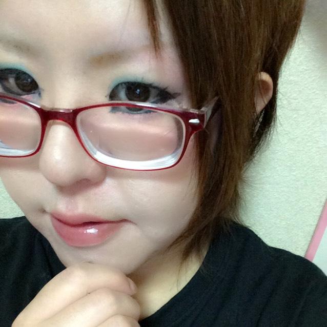 上瞼に青シャドー、下にはピンクを入れました。眉はいつもより少し濃いめ。100均です。前髪をアップにして、スッキリ❤️