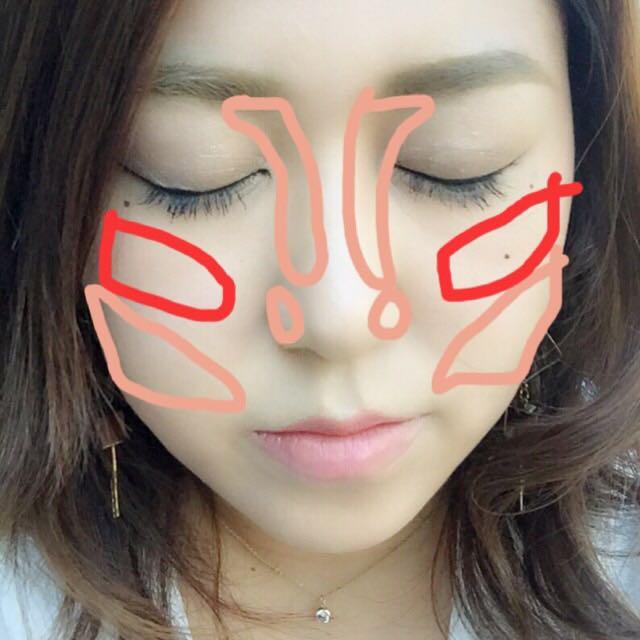 茶色の部分にシェーディング、赤の部分にチークを入れます 鼻筋に鼻高パウダーを入れます