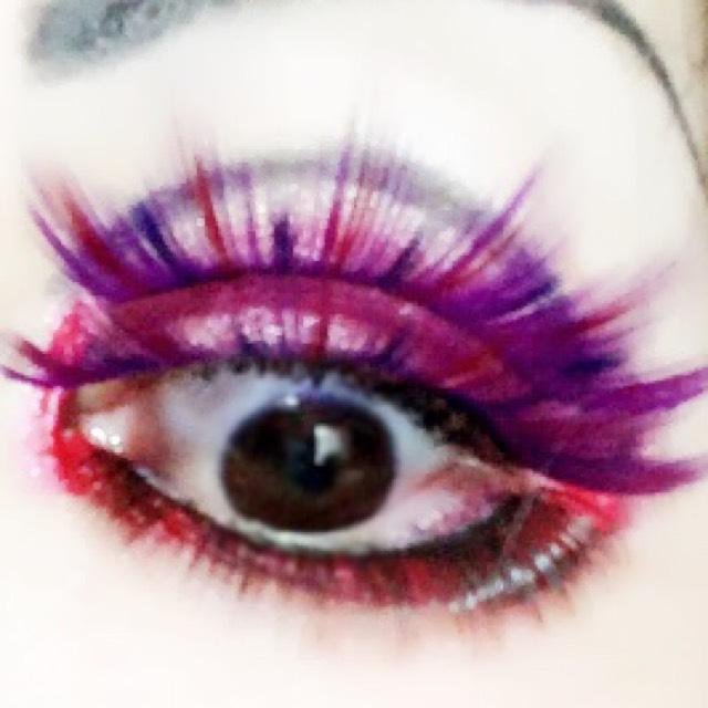目の周りを赤で囲む。 (上瞼は二重のラインまで)