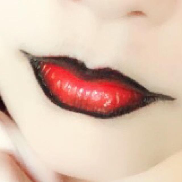 唇は赤く塗ってから、フチを黒で囲うように塗る。 下唇を厚めにすると妖艶さが出る◎