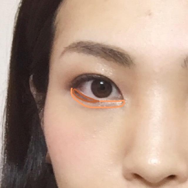 下まぶたは、黒目の外側に少し太目にチョコ色アイシャドウをはっきりつけます。肌との境目はなじませて。オレンジ部分は、②をつけた後に①をまたブラシでふわっと1回塗りでツヤ出し。