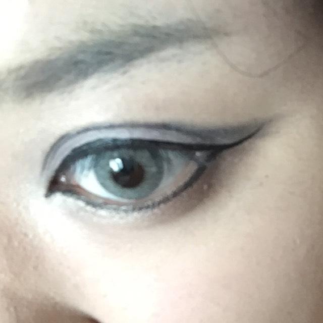 リキッドでアイラインを入れます 囲み目で、目頭黒目上が一番高くなるように(*´ω`*)