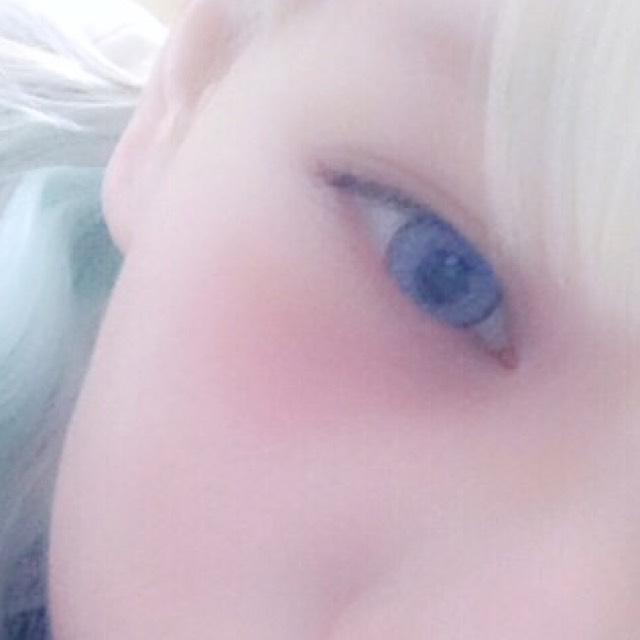 アイブロウは明るいブラウンで描いてます。 眉マスでさらに薄く仕上げます。  自まつ毛をしっかりビューラーで上げてボリュームタイプのマスカラをする。  チークは目の下に少しクマっぽくのせます。