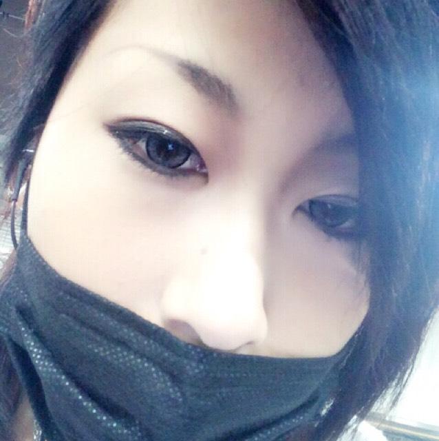 眉毛は細めに釣り上げてください。  ノーズシャドウは 眉頭から目頭まで 濃いめに