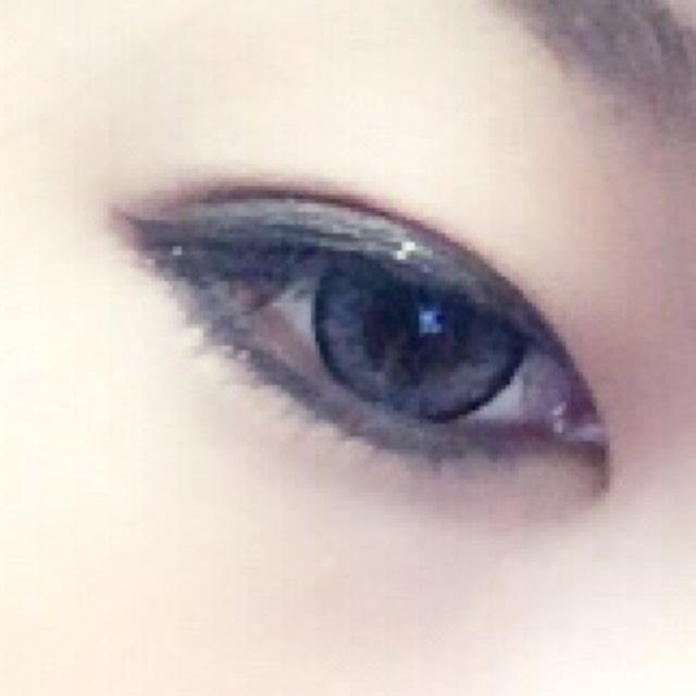 下ラインを少しだけずらして(タレ目のように)引きます。 徐々に粘膜にいくように引き 目頭側の黒目まで引きます。