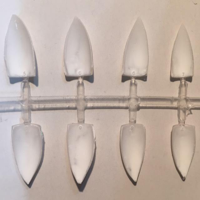 100均のネイルチップの裏側を白いポスカで塗り、乾かしてからハサミでカットして牙を作る。 ネイルカラーより乾くのが早いのでポスカがオススメ。表側は扱う途中で禿げてしまうので裏側に着色すると良い