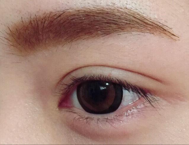 眉毛を描きます。  (詳細は 「眉毛の描き方」 に詳しくかいてあります)