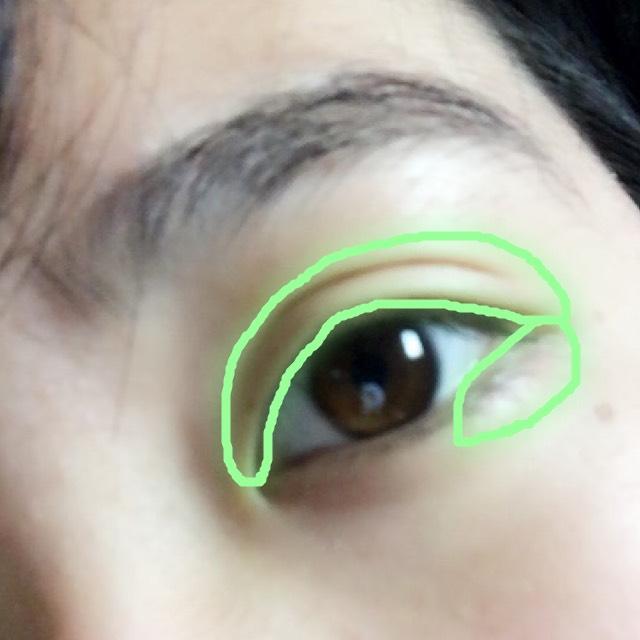 3色目は二重幅より広めにと下瞼の半分くらいまで載せます。