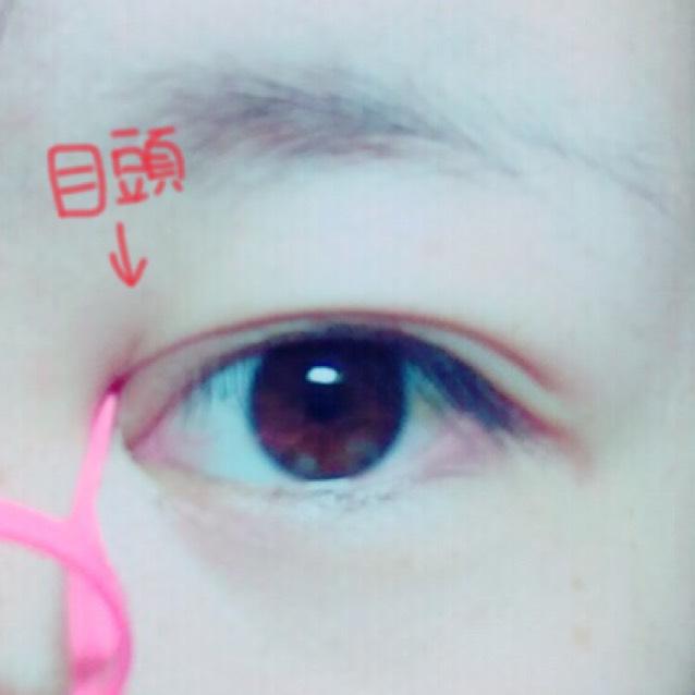 次に目頭をプッシャーで押します。注意⚠ 目頭を押す時にのりがついてるとこを押すと汚くなるのでのりがギリギリ付いてないとこを押します。