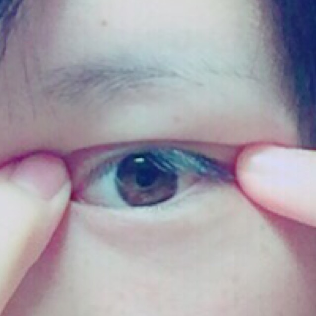 目尻→目頭と押さえたら、一回目はやりませんでしたが、2回目は人差し指と人差し指で目尻と目頭をひっぱるようにおさえます。