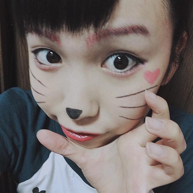 猫の鼻とヒゲをアイラインでかきます。