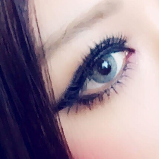 下まぶた ブラウンアイシャドウを目尻から3分の一、赤いグロスを筆でぽんぽんとぼかすように目頭に入れます リキッドで下まぶたに睫毛を書いて、その上からつけまつげをつけます