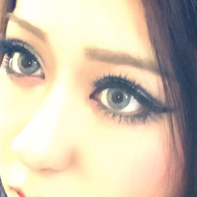 眉は細めに 目に近くなるように 真っ直ぐ書きます