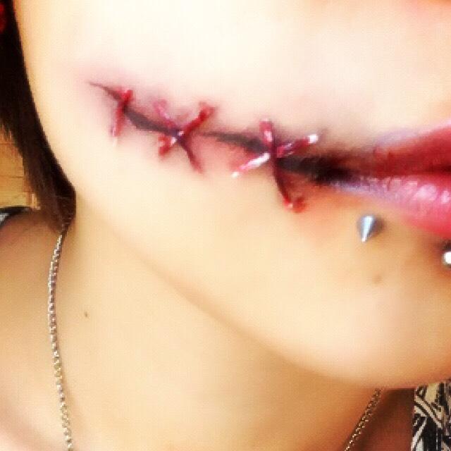 そのままだとあまりにも糸が綺麗すぎるので、お好みで適当に紫や赤のシャドウをのせたり、血のりを塗ります。 血のりは傷部分や唇に塗ると更に傷っぽくなるかと。