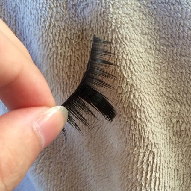 ちなみに片目の下つけまは束感のあるつけまの真ん中部分に、大きめの束を何枚も貼り付けて1本だけ太く長くしてます。