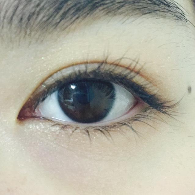 アイホール全体と下瞼全体に薄いベージュ