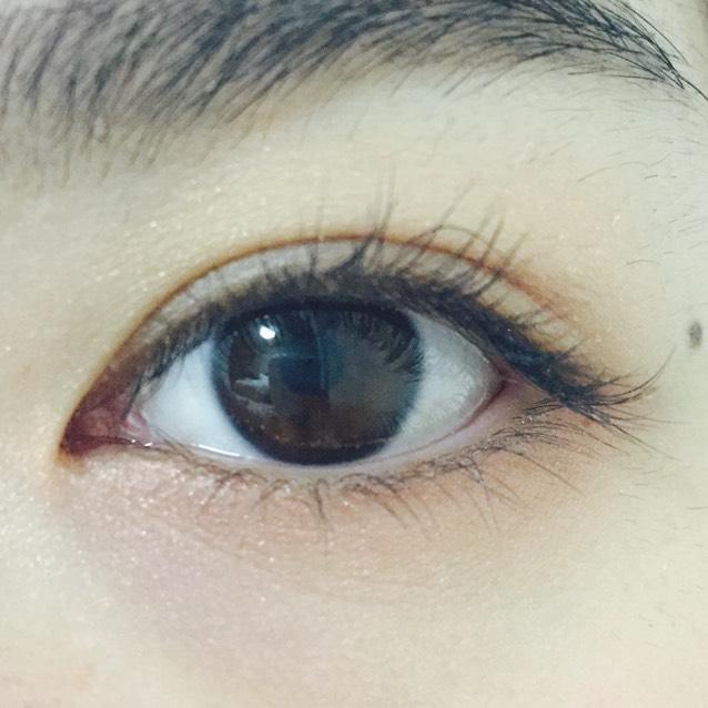 下瞼全体に薄めにピンク