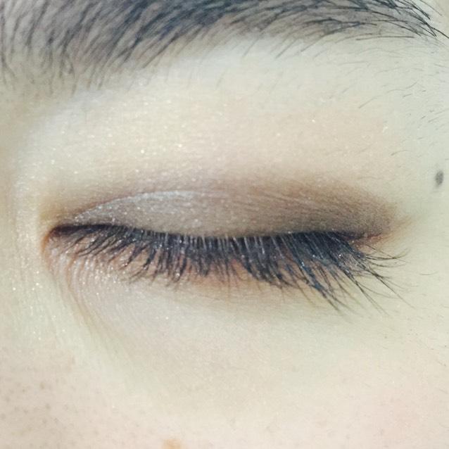 目尻から黒目の上まで濃いブラウン