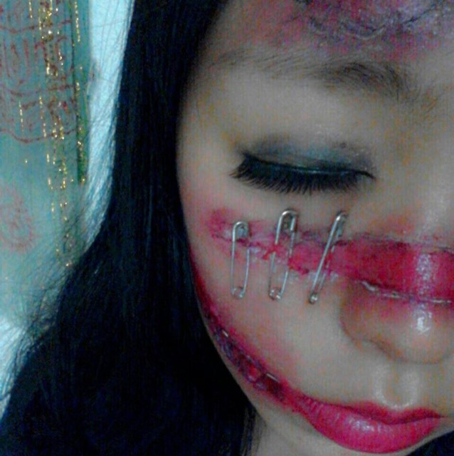 傷の周りも赤リップや黒シャドーを使って傷感