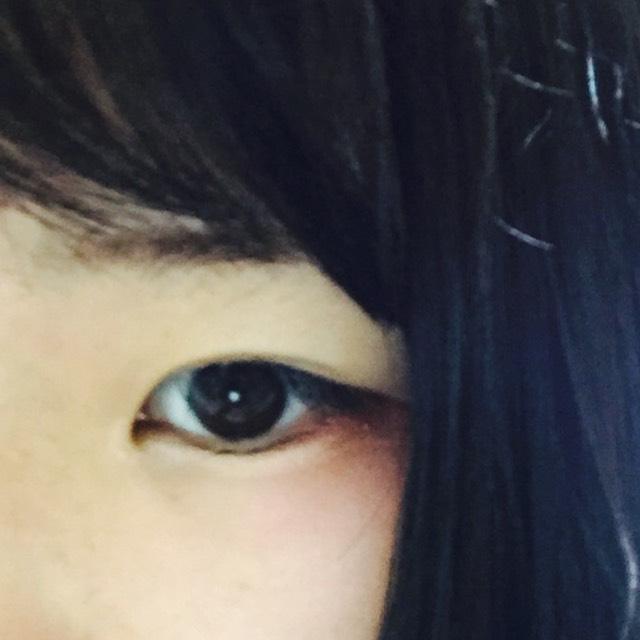 下瞼のキワに3分の2程度赤をのせてぼかします。目頭のところに少しと、涙袋にコンシーラーをつけてぼかします。