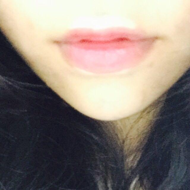 リップは中心にポンポンと載せてから、唇の上と下にコンシーラーをつけてグラデーションになるように左右にぼかします。その後にリップティントを少しだけつけて馴染ませます。